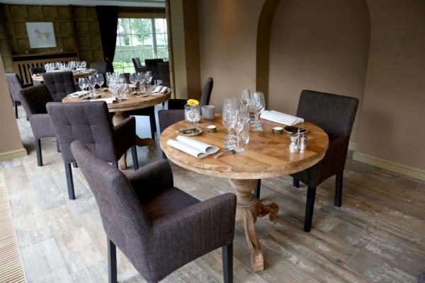 Stilvolles ambiente neue teaktische f r das restaurant la for Gastro tische