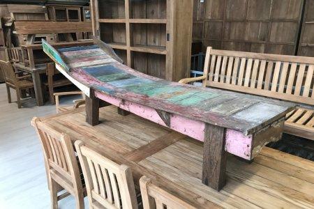 Liege aus altem Bootsholz